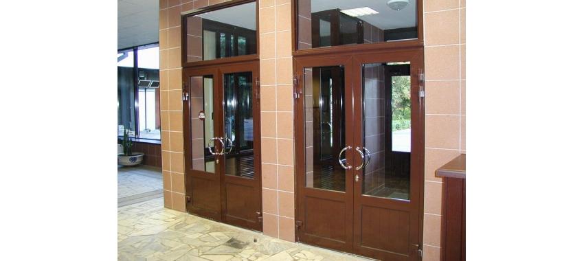 Двери входные коричневые со стеклом - фото с сайта Коктем Дизайн
